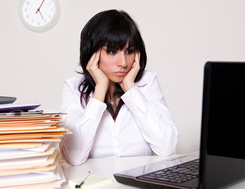 Woman-stressed-out-in-front-of-her-computer